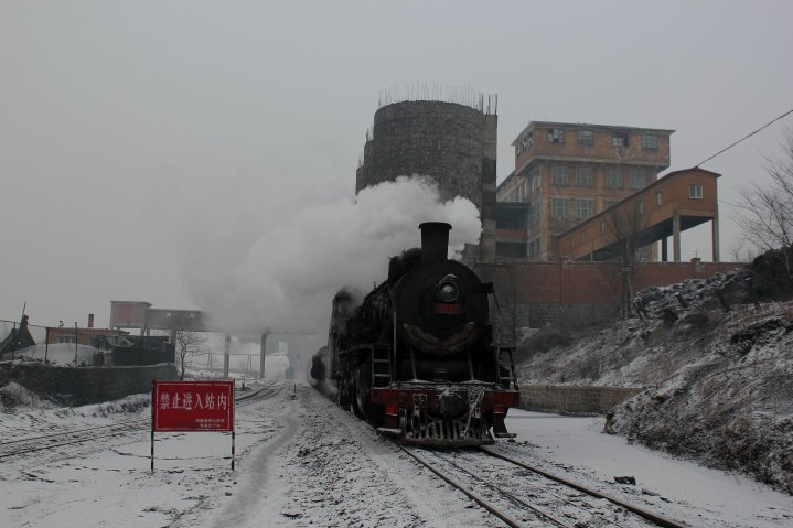 SY 1058 passes the silos at Beicheng washery
