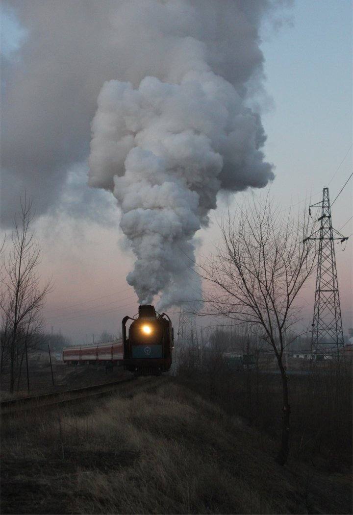 JS 8250 midway through her run from Xizhan to Fengshuigou with the 7am passenger service