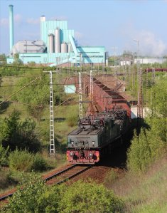 Two crocodiles push a coal train into the yard at Wählitz power station