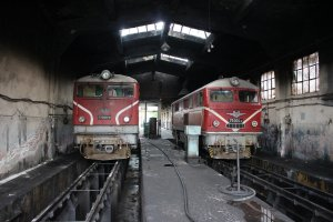77009.9 and 75004.2 in the shed at Septemvri Depot