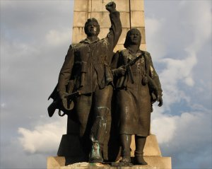 Two partisan fighters stand at the centrepiece of the monument
